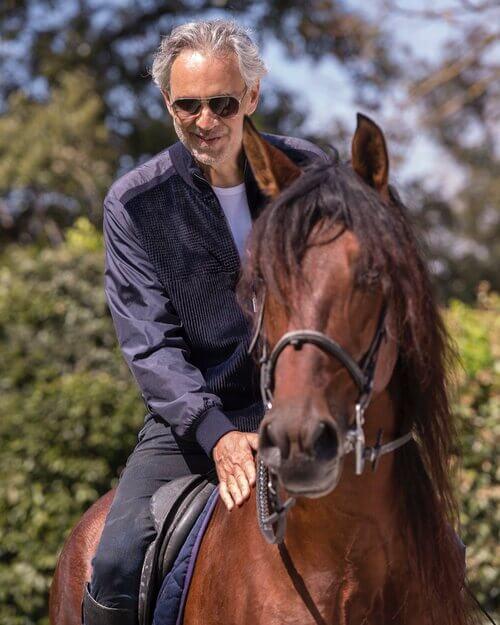 Andrea Bocellli montando a caballo